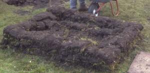 """Aufschichtung abgestochener Grassoden als temporäres """"Hochbeet"""" zur Kompostierung"""