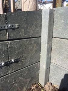 Verbindung der Bretter mit Lochblechstreifen und überlappende Pfosten der Innenecken