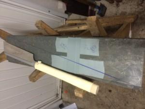 Zuschneiden eines Recycling Kunststoffbretts zur Herstellung der Dachschräge